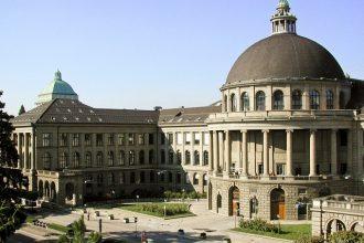 Hauptportal Rämistrasse, im Hintergrund links Turm Uni Zürich.